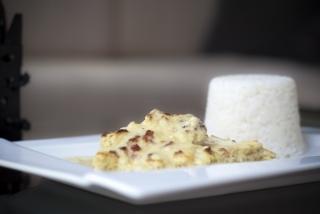 Szalonnás-juhtúrós tejfölben sült csirkemell